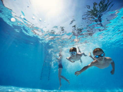 Children-playing-underwater-in-swimming-pool